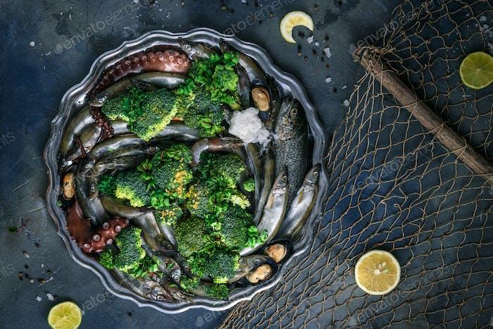 Raw Mixed Meeresfrüchte auf einem Silberteller, dunkler Hintergrund, Copyspace
