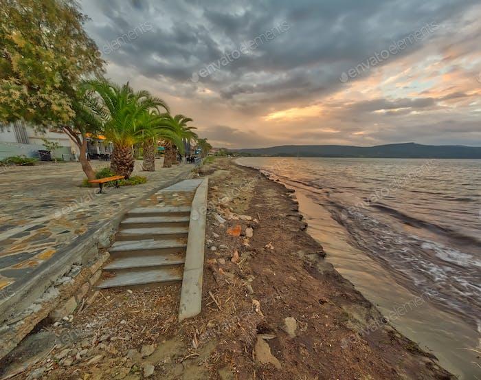 Strand mit Boulevard in kleiner Stadt in Griechenland