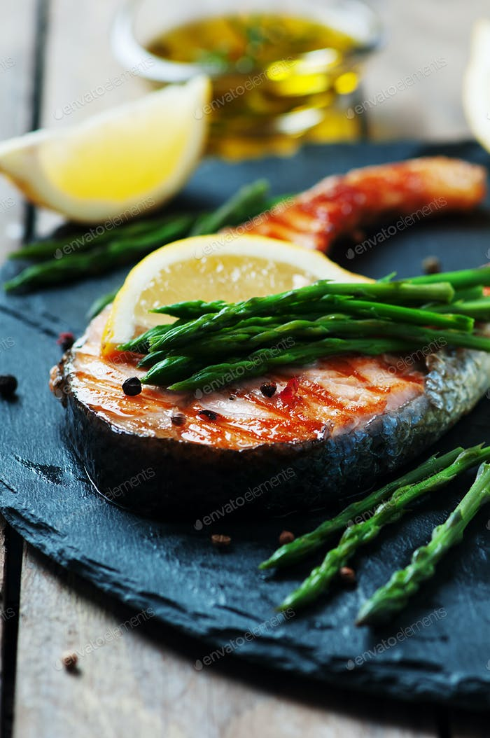 Cooked salmon with asparagus and lemon