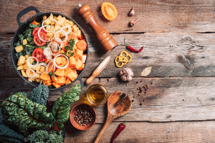 Zutaten zum Kochen auf Holztisch. Veganes Diät-Konzept mit Copyspace. Bio-Vegetarier