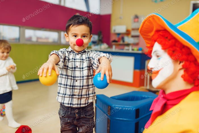 Lustiger Clown Animator und Gruppe von kleinen Jungen