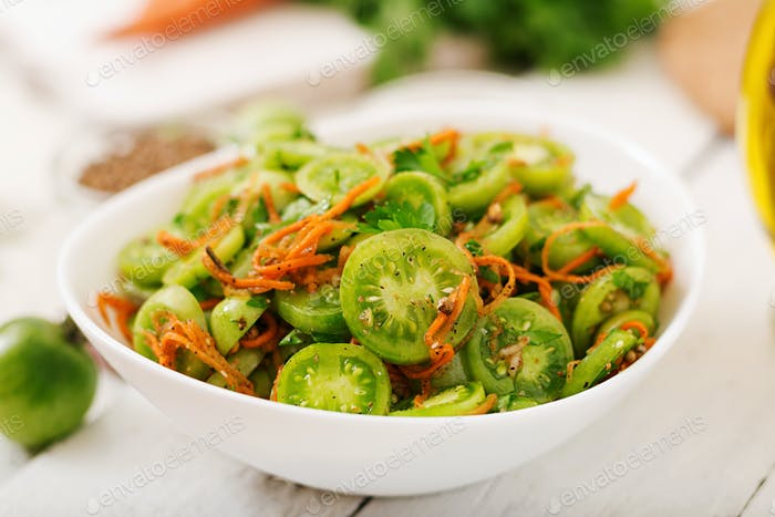 Koreanischer Salat aus grünen Tomaten und Karotten.