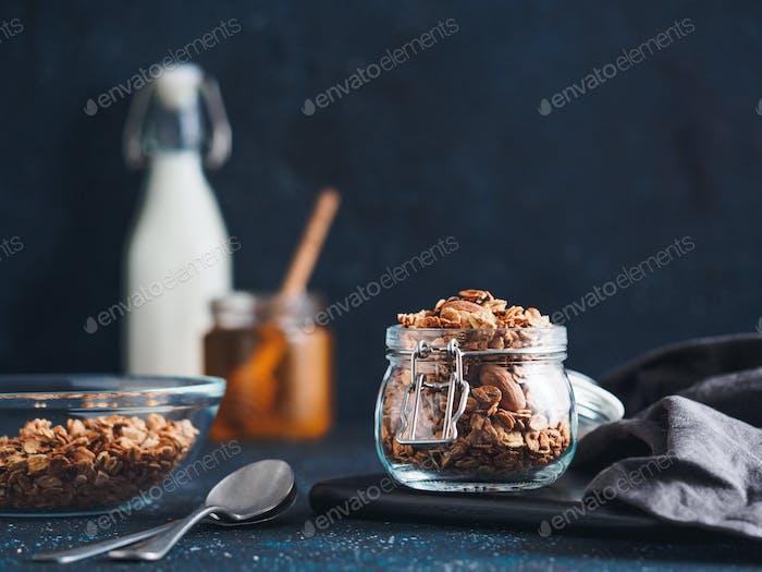 Hausgemachtes Müsli im Glas auf dunklem Tisch