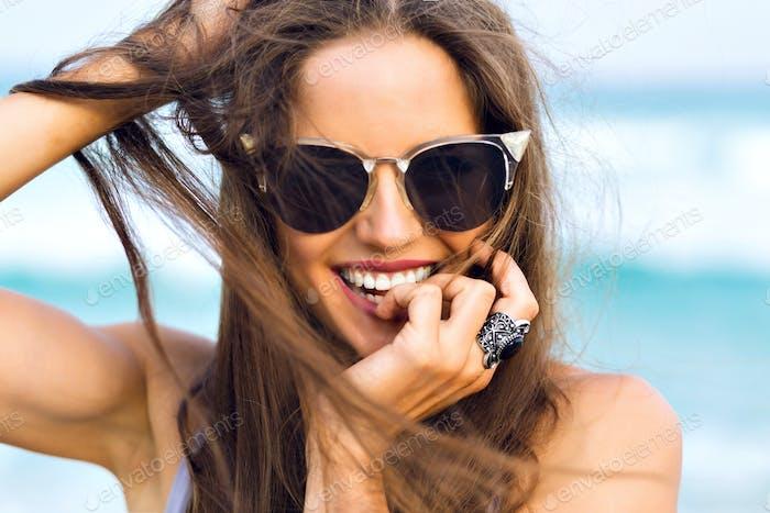 Una mujer bonita en la playa.