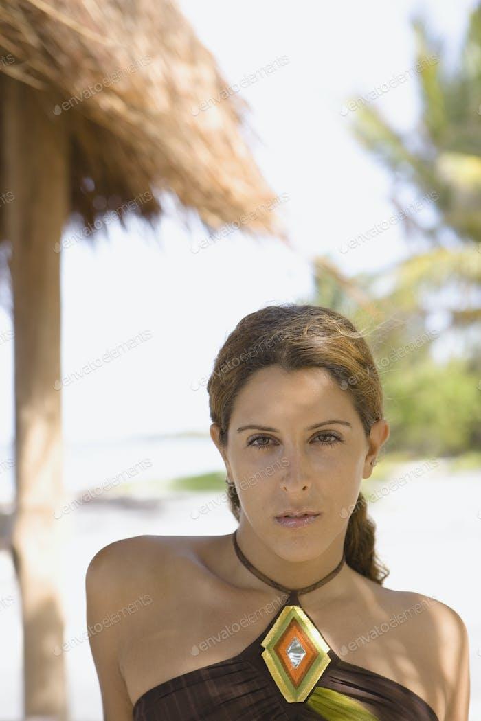 Junge Frau posiert für die Kamera