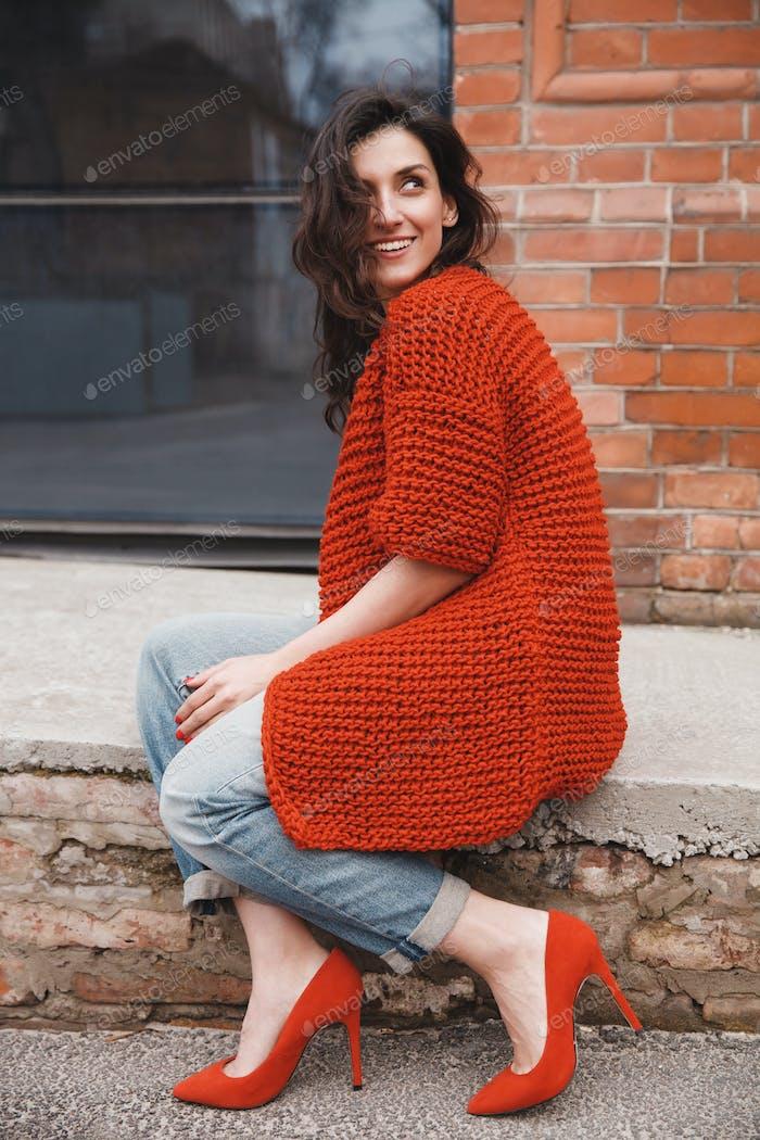 Frau tragen gestrickte bunte Mantel im freien