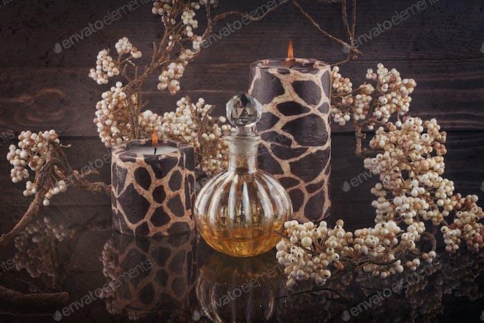Spa-Stillleben mit Kerzen und aromatischen Ölen Flasche