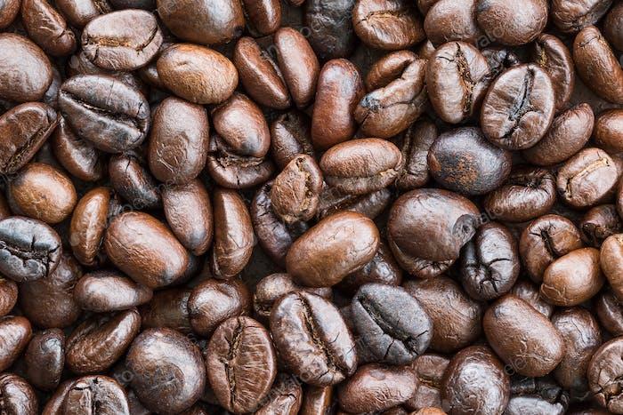 Top view Geröstete Kaffeebohnen auf weiß