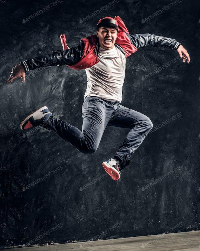 Stilvolle Kerl führt Breakdance akrobatische Elemente.
