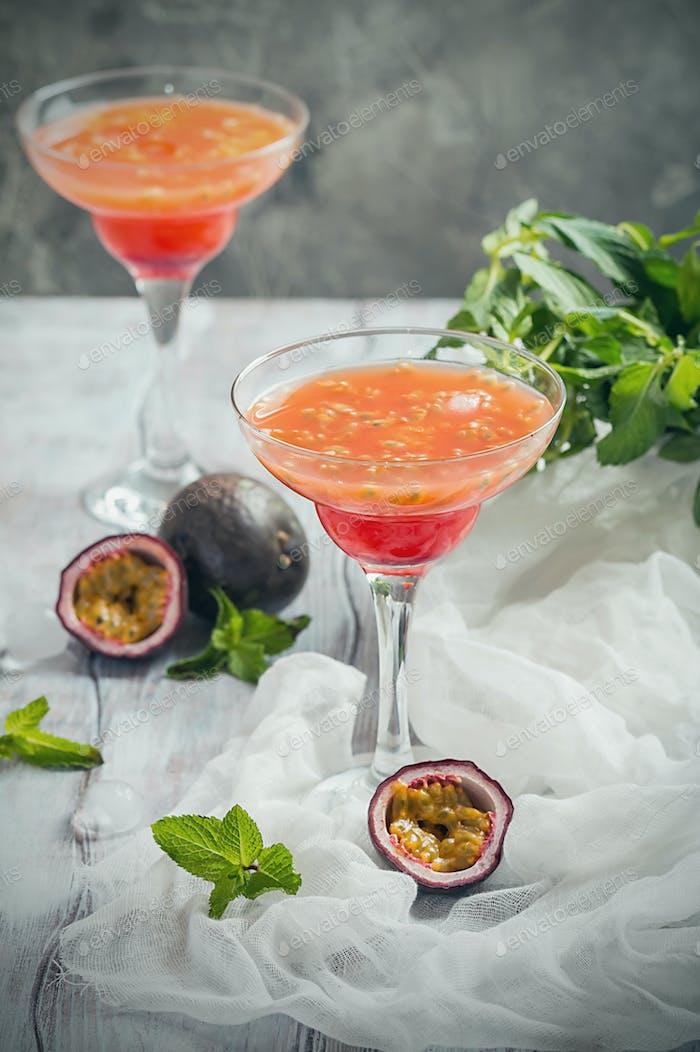 Alkoholischer Cocktail mit frischen Passionsfrüchten