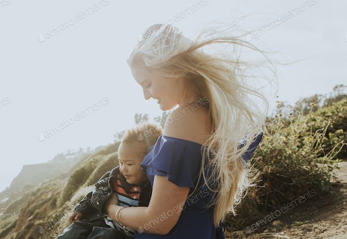 rubia Mamá con su hijo al aire libre