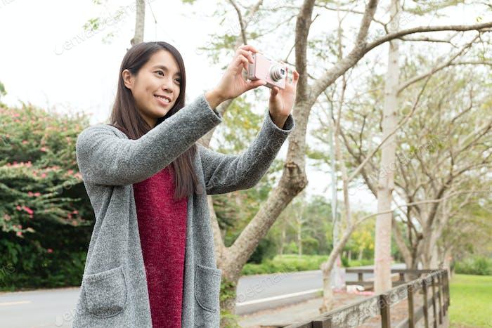 Junge Frau nutzt die Digitalkamera für Sightseeing