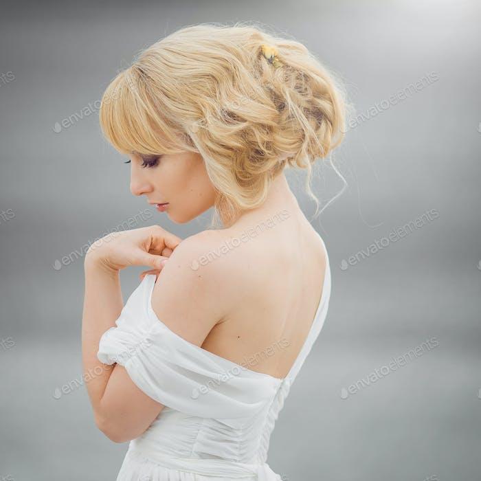 Porträt einer romantischen blonden Frau weißes Kleid