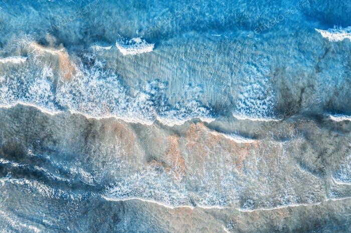 Aéreo de un Mar azul con hermosas olas en verano