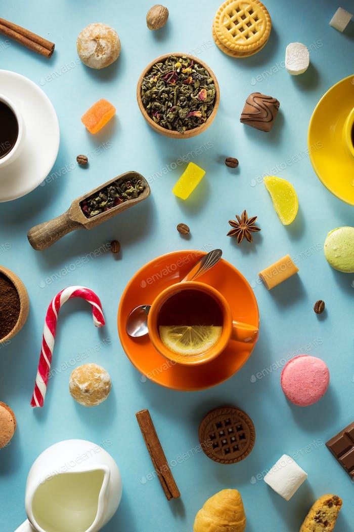 Tasse Tee und Kaffee auf blauem Hintergrund