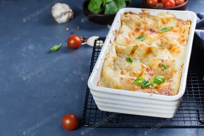 Köstliche hausgemachte Lasagne mit Ricotta-Käse und Spinat auf dem Tisch. Vegetarisches Essen. Italienisches Essen