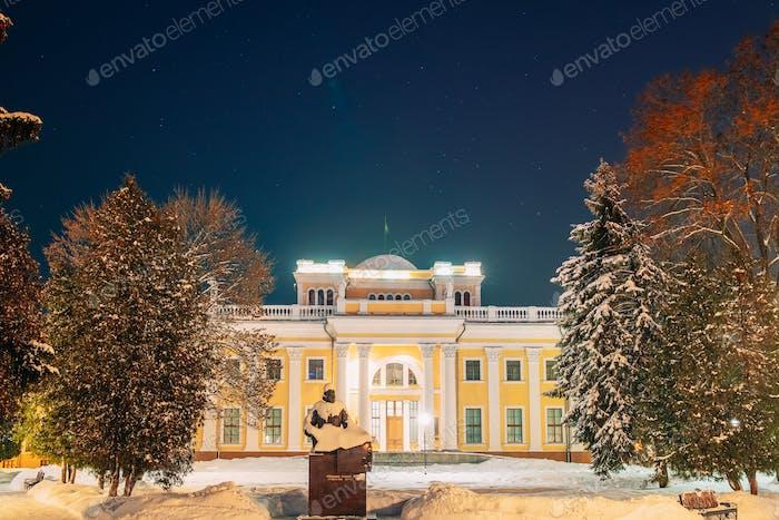 Gomel, Weißrussland. Stadtpark in der Winternacht. Nacht Sternenhimmel über Rumyantsevs und Paskeviches Palast