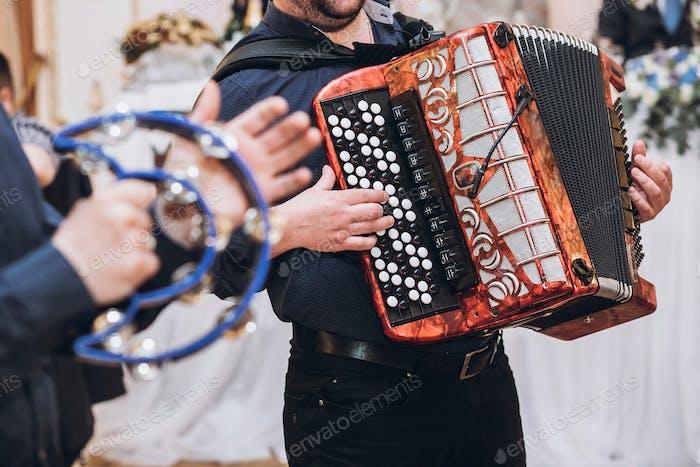 músicos tocando en acordeón y pandereta