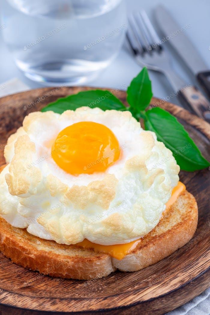 Trendy Wolke oder flauschige Eierschale auf Holzplatte, vertikal
