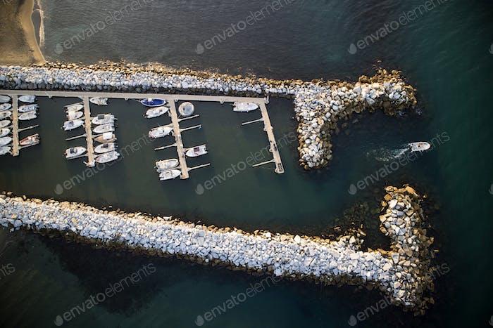 Kleiner Hafen auf See