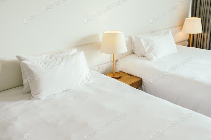 Weißes Kissen auf dem Bett