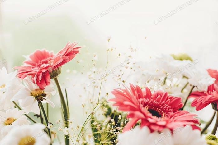 Rosa Gerbera, weißes Gänseblümchen und grüner Chrysanthemen in wunderschönem Bouquet