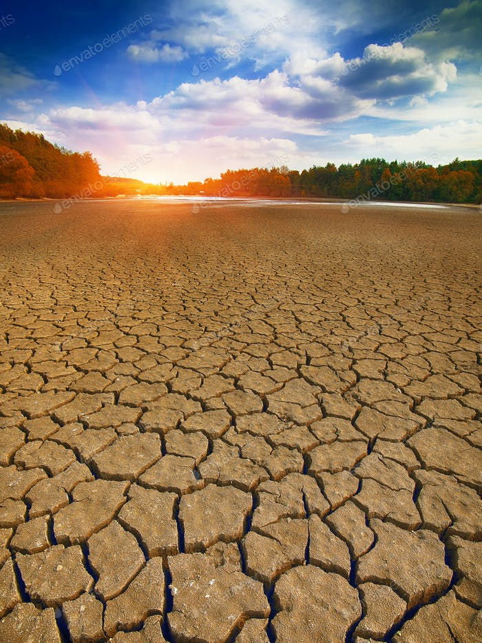 Land mit trockenem und rissigem Boden