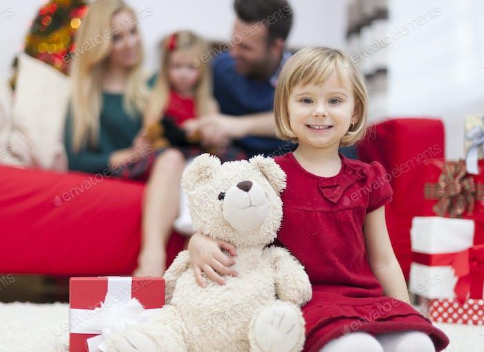 Es ist neues Mitglied der Familie - süßer Teddybär