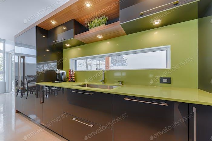 Moderne Küche mit grünem Quarz Arbeitsplatte Nahaufnahme