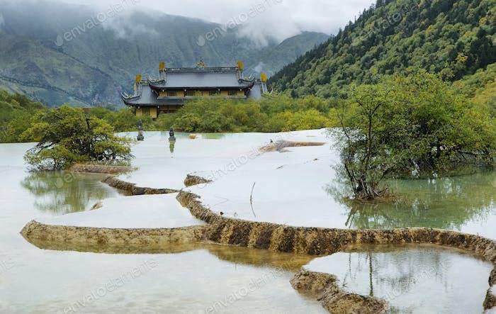 Mehrfarbiger Teich in Huanlong malerischen Gegend