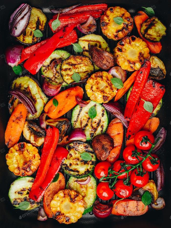 Gegrilltes Gemüse in einer gusseisernen Pfanne.