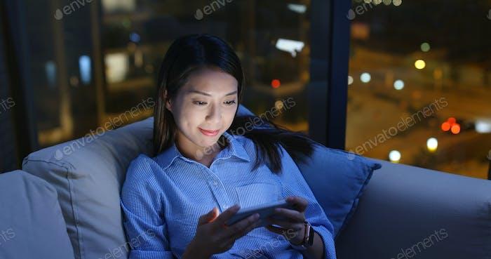 Frau Uhr auf Handy in der Nacht