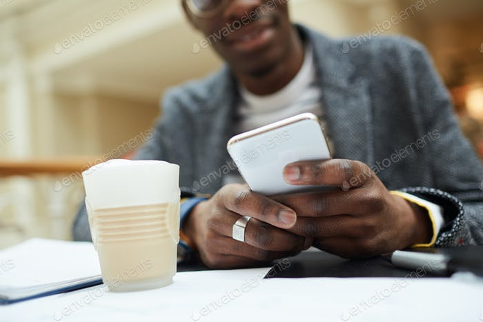 Afrikanischer Mann hält Smartphone