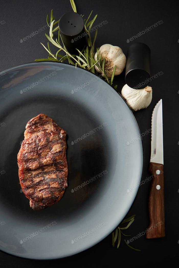 Saftiges Steak mittelseltenes Rindfleisch mit Gewürzen