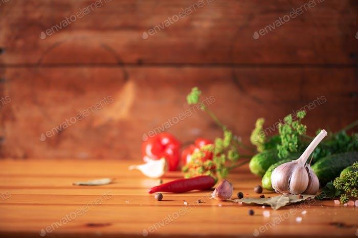 Zutaten, Gewürze und Kräuter zum Einmachen von Gurken über hölzernen Hintergrund. Kopierraum. Dill Blumen