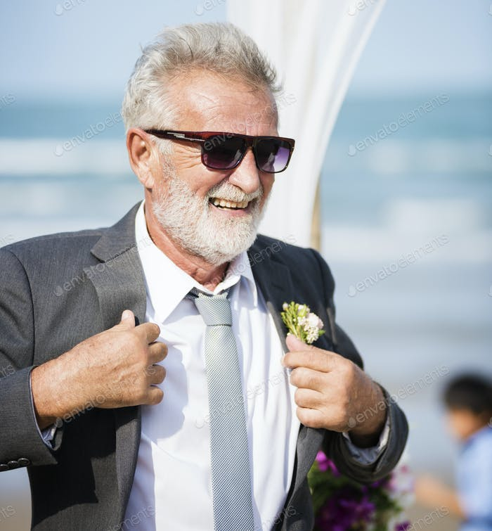 Senior Bräutigam am Strand Hochzeit