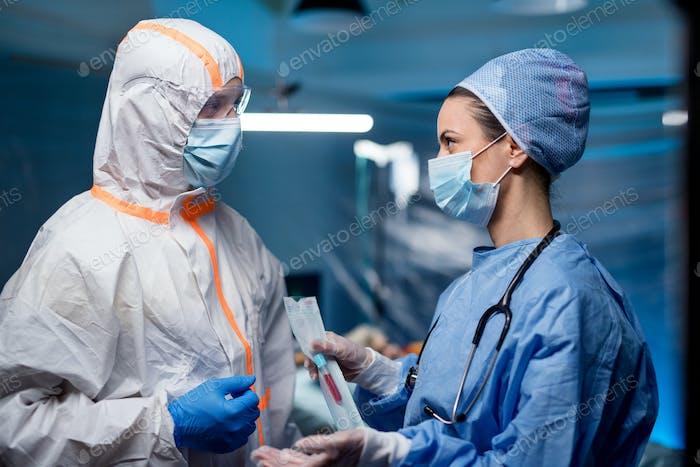 Ärzte halten Proben im Krankenhaus, Coronavirus-Konzept