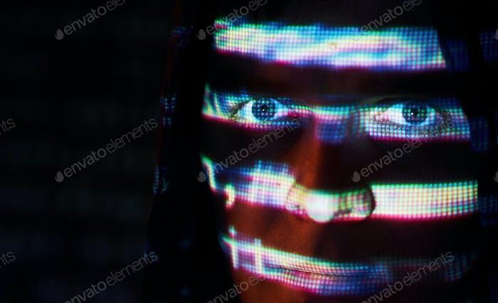 Cyber-Angriff mit unkennbarem Hooded Hacker mit virtueller Realität, digitaler Glitch-Effekt