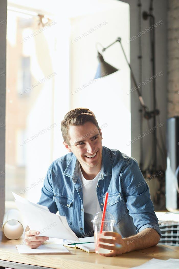 Handsome junge Geschäftsmann lachen fröhlich