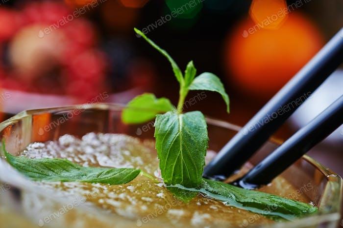 красивый и вкусный мятный коктейль или лимонад с хорошим боке. мягкий фокус.