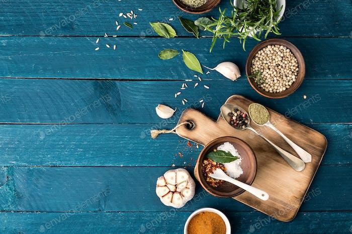 kulinarischen Hintergrund mit Gewürzen auf Holztisch