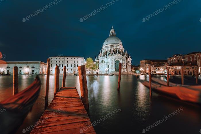 Canal Grande und Basilica di Santa Maria della Salute in der Abenddämmerung beleuchtet. Venedig, Italien