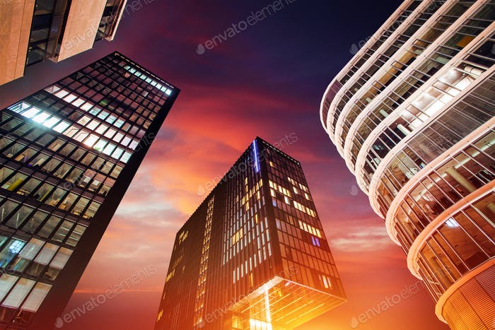 Magischer Sonnenuntergang über Wolkenkratzern.