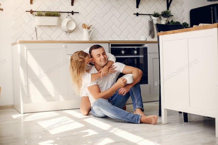 Schönes Paar verbringen Zeit in einer Küche