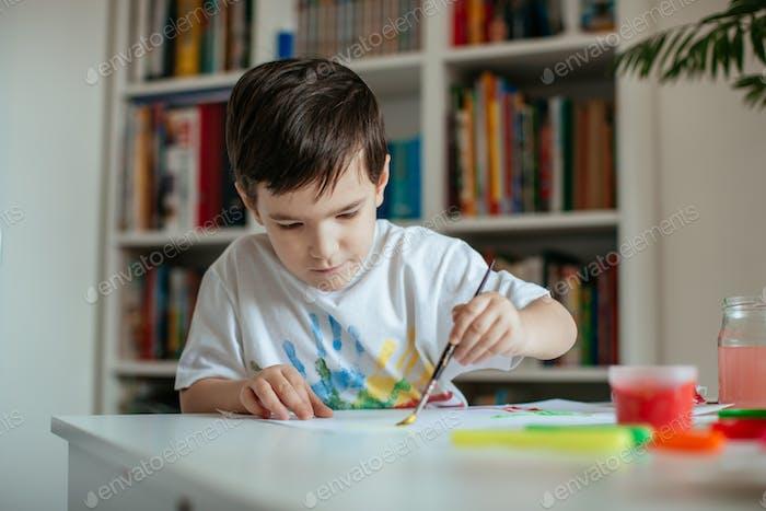 Vorschüler Junge Malerei auf Papier.