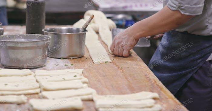 Koch macht Grill Sesambrot im Restaurant