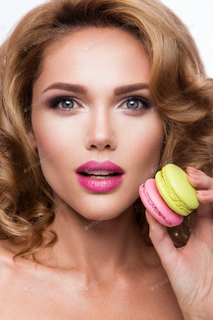 Nahaufnahme Porträt von schönen Frau mit hellen Make-up. Macarons.