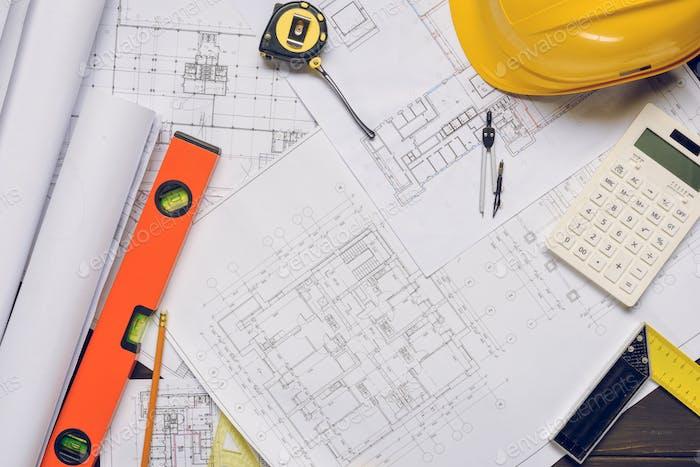 flache Lay mit Blaupausen und angeordneten Architekturausrüstung
