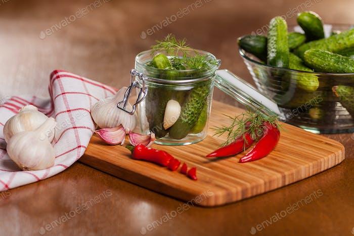 Hausgemachte eingelegte Gurken mit Chili
