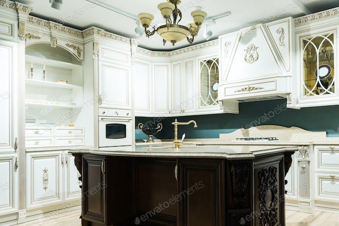 Interieur der modernen Küche mit komfortablen Holzmöbeln im Barockstil